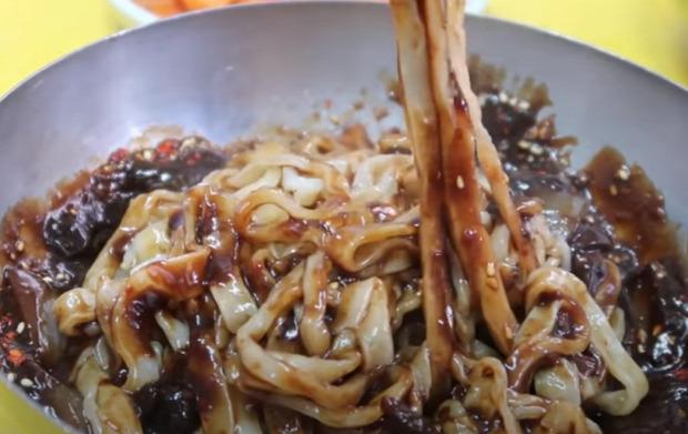 videó Street Food Dél-Korea nagyi nagymama tészta nódé lépcső