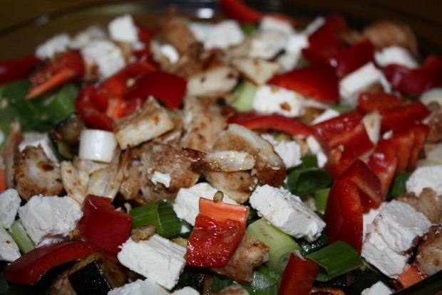 Recept saláta csirke kápia paprika cukkini feta zöldhagyma