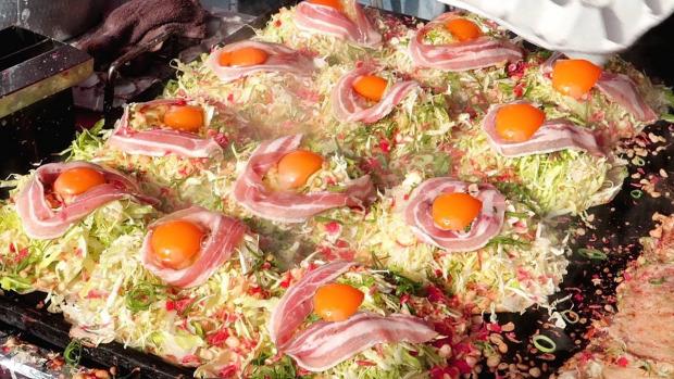 videó street food japán okonomijaki palacsinta