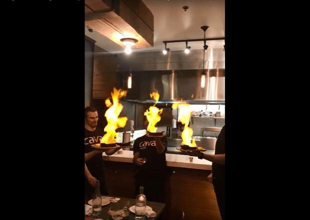 videó étterem sajt lángol tűzoltó víz