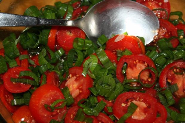 hétvégi tipp recept saláta ecetes zöldhagyma paradicsom