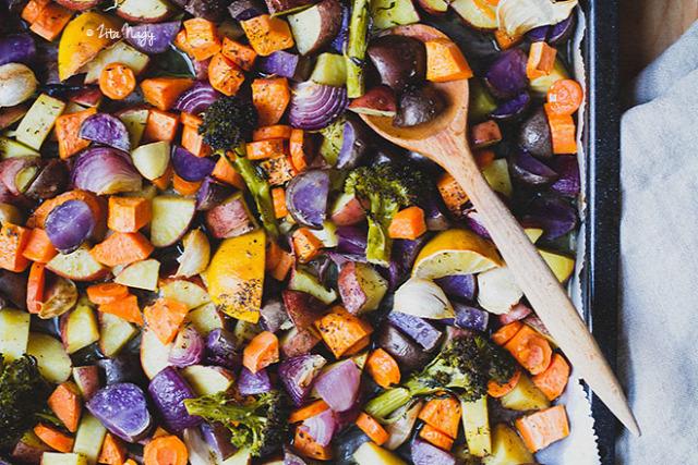 zöldség sütés tepsis zöldség vegetáriánus vega vegán zizi kalandjai recept sárgarépa fokhagyma lilahagyma brokkoli édesburgonya