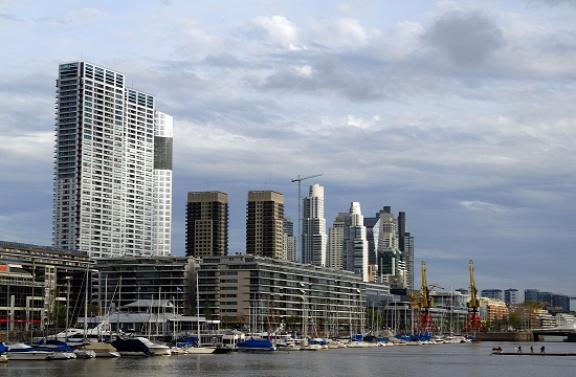 Felhőkarcolók sorakoznak a modern városrészben