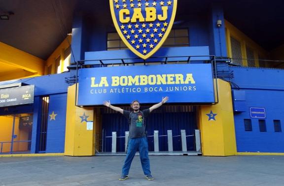 Endre a Boca Juniors stadionjának bejáratánál