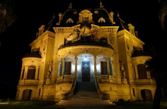 Az Arruabarrena palota éjszakai kivilágításban