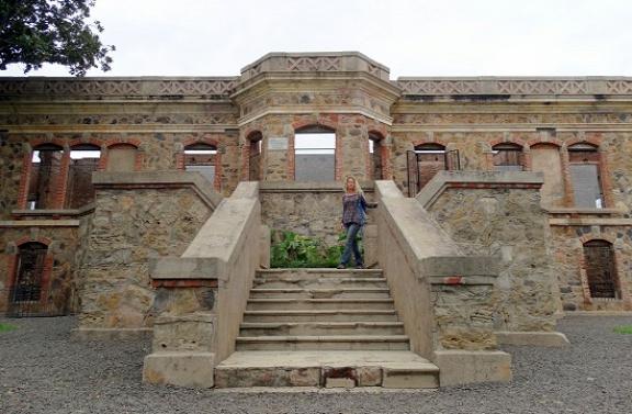 Eri a San Carlos kastély lépcsőjén