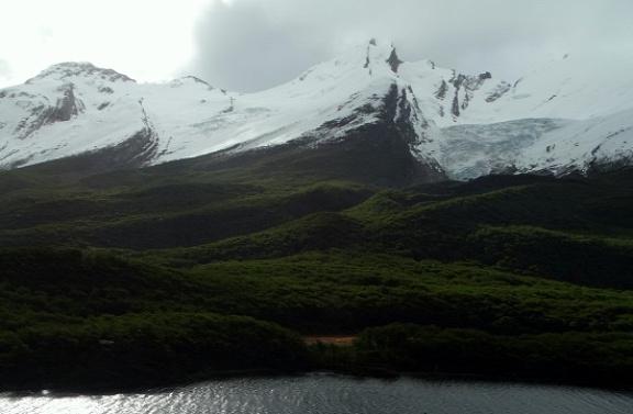 Hegyek a Lago del Desierto túloldalán