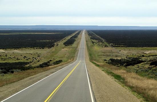 Nincs egy kanyar a Patagónia partvidékén északnak rohanó úton