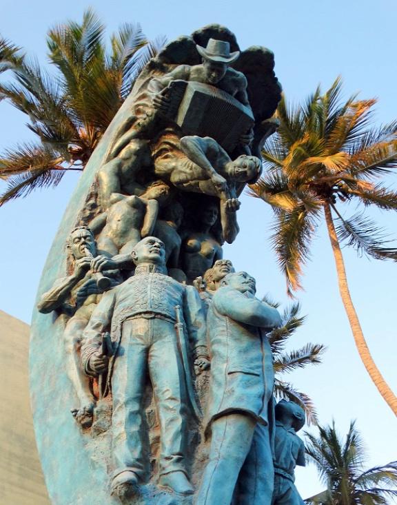 Riohacha izgalmas köztéri szobra, amin a muzsikusok a nemesek fölé kerekednek