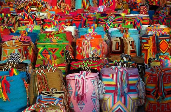 Wayúu táskák színesítik a parti sétányt