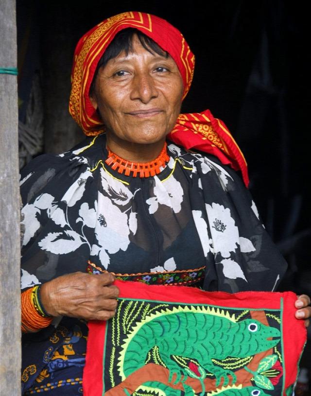 Guna asszony posztót árul (fotó: Csernoch János)