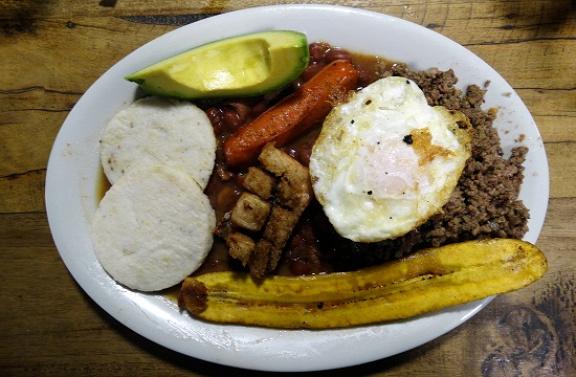 Kolumbia büszkesége a szörnyen unalmas bandeja paisa