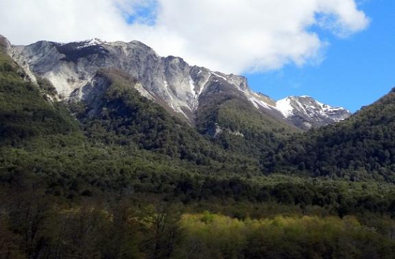 San Martín és Villa La Angostura között ilyen hegyek sorakoznak