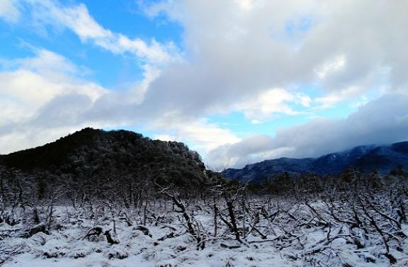 Tavaszi hó borítja a tájat