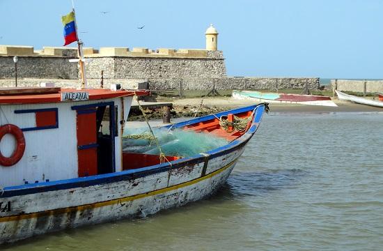 Hajó ácsorog a San Carlos-erőd előtt
