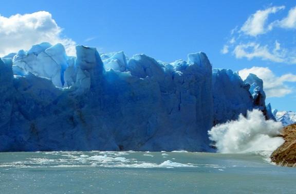 Leszakad egy jéghegy a gleccserről