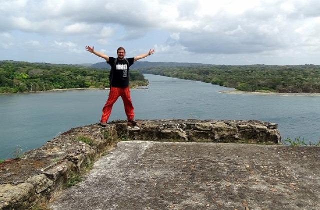 Én az erődnél, háttérben a Rio Chagres torkolata