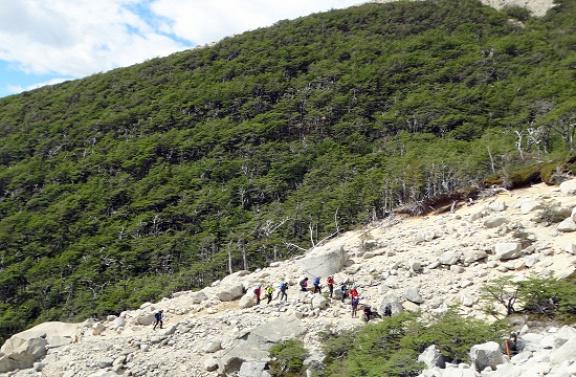 Turista karaván a hegyomlás mentén