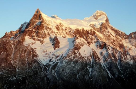 A Nap első sugarai megcsillannak a Cordillera Paine Grande csúcsain