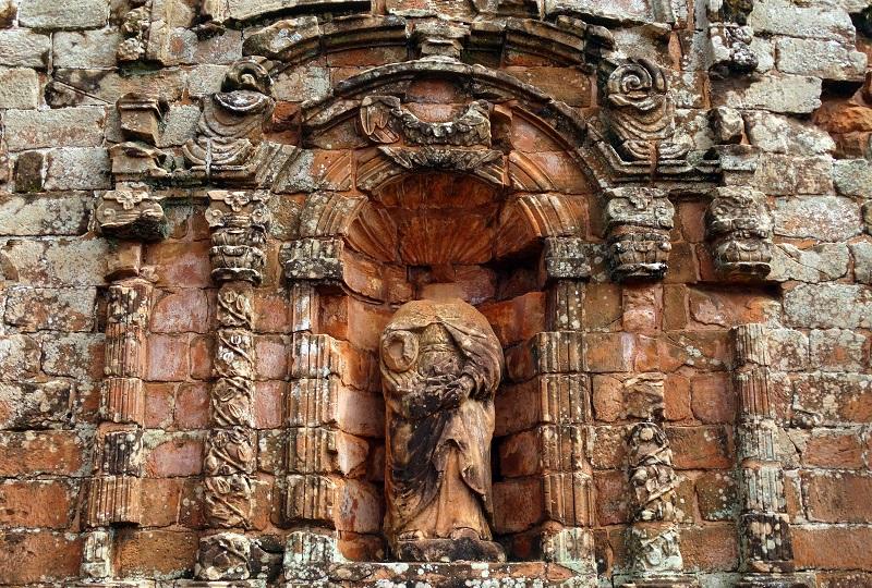 Lefejezett szobrok mindenfelé