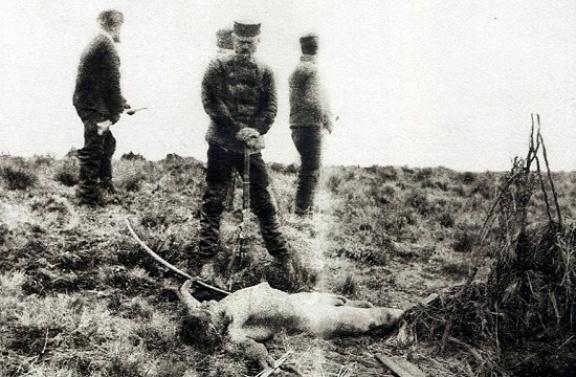 Julius Popper egy megölt selknam holtteste felett az 1880-as évek végén