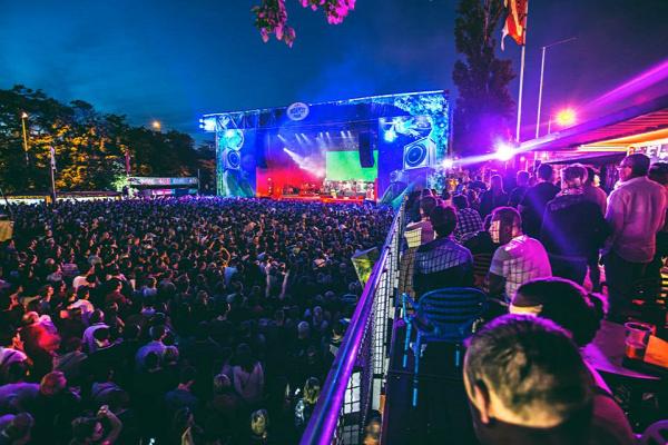 kocsma romkocsma terasz budapest szabadtéri helyszín klub koncert helyszín