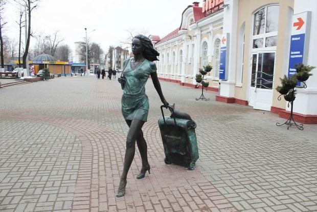 szobor lány bőrönd macska hever utazik