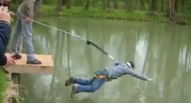 A világ érdekes legénybúcsú átverés fake bungee jumping