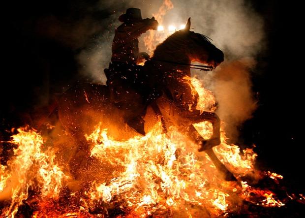 A világ érdekes tűz ló fesztivál San Bartolome de los Pinares