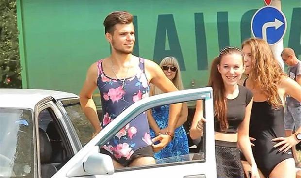 A világ érdekes benzinkút akció fürdőruha bikini férfi