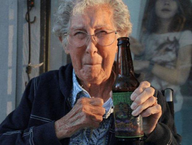 A világ érdekes norma höld hölgy idős 90 éves rák