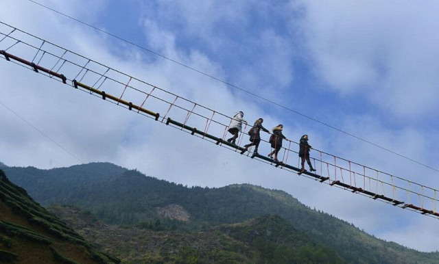 A világ érdekes Kína tea ültetvény híd folyósó légi