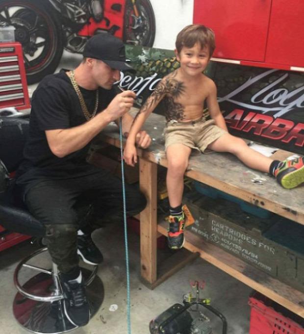 A világ érdekes beteg gyerek tetoválás festés