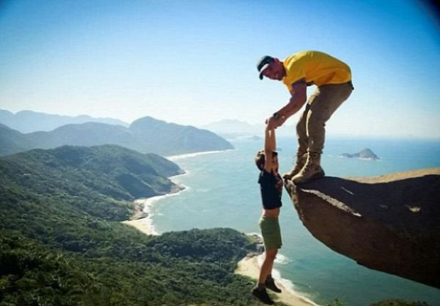 A világ érdekes Brazília szikla mászás lógás trükk