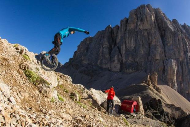 A világ érdekes extrém sport egykerekű monocikli hegy downhill mountain