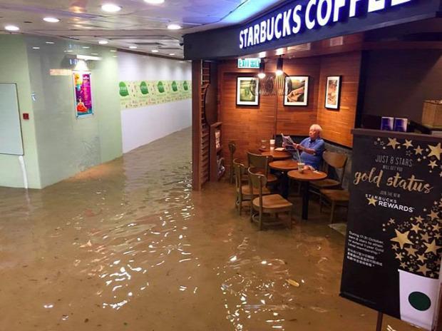 A világ érdekes Hongkong áradás pláza öregúr mém