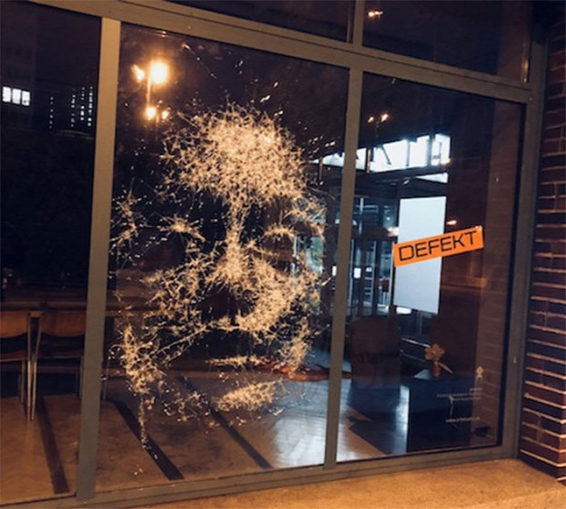A világ érdekes portré üveg törés kirakat