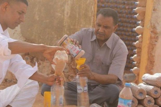 A világ érdekes Algéria PET palack ház tégla
