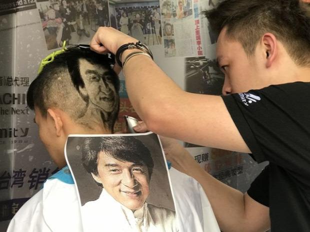 A világ érdekes Kína fodrász kép fotó nyírás tarkó padló haj