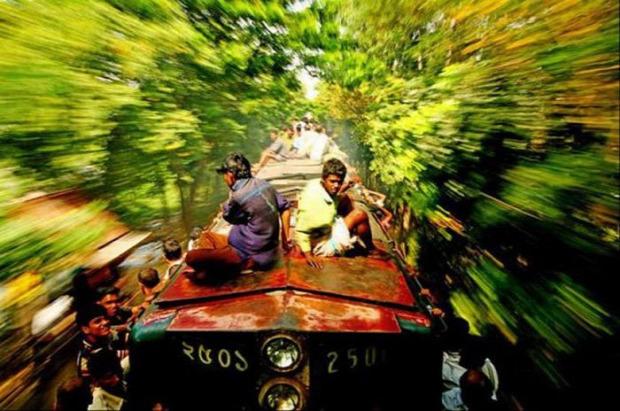 A világ érdekes Bangladesh vonat vasút tömeg vonatugrálók