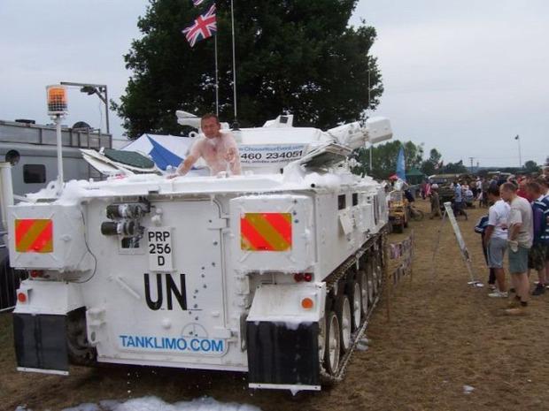 A világ érdekes esküvő limuzin tank lánctalpas