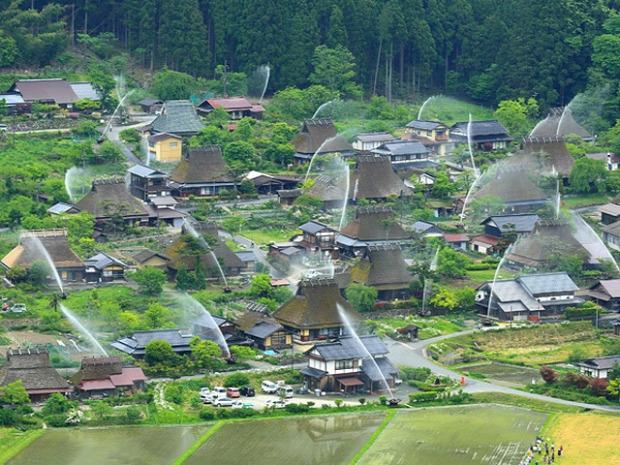 Japán skanzen falu nádfedeles locsolás