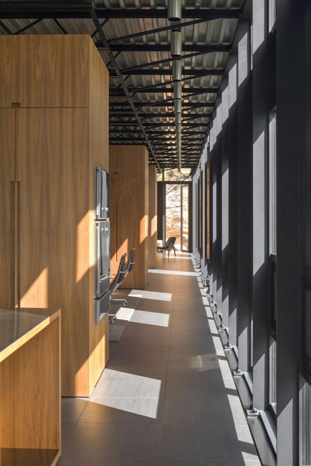 A világ érdekes ház üveg erdő beton acél