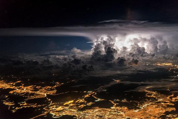 A világ érdekes vihar felhő pilóta repülőgép