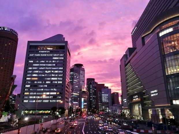 A világ érdekes tájfun ég lila bíbor