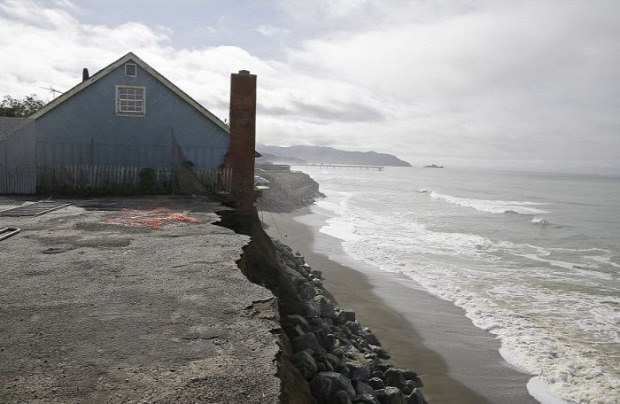 A világ érdekes vihar part föveny leomlás
