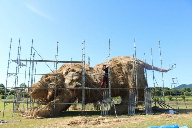 A világ érdekes Japán rizs szalma szobor