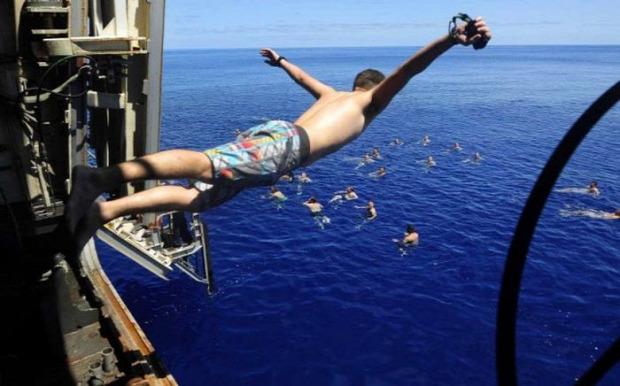 A világ érdekes haditengerészet hajó kimenő tenger úszás