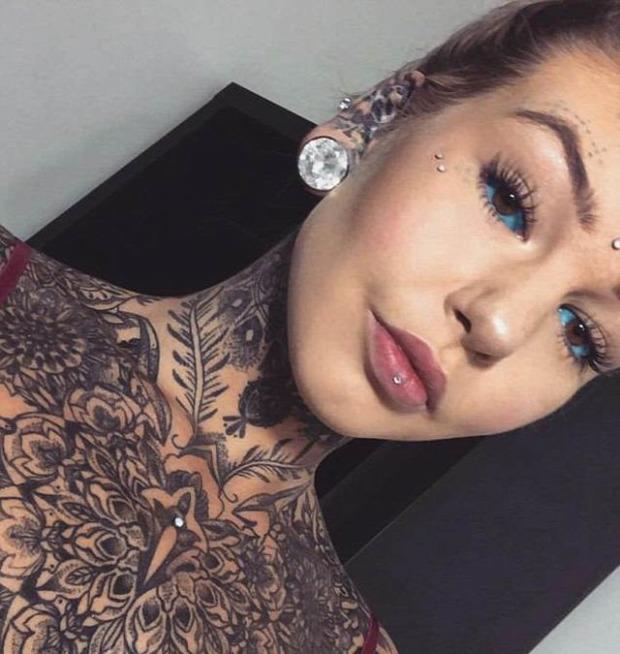 A világ érdekes tetoválás átváltozás piercing szemgolyó színezés nyelvvágás