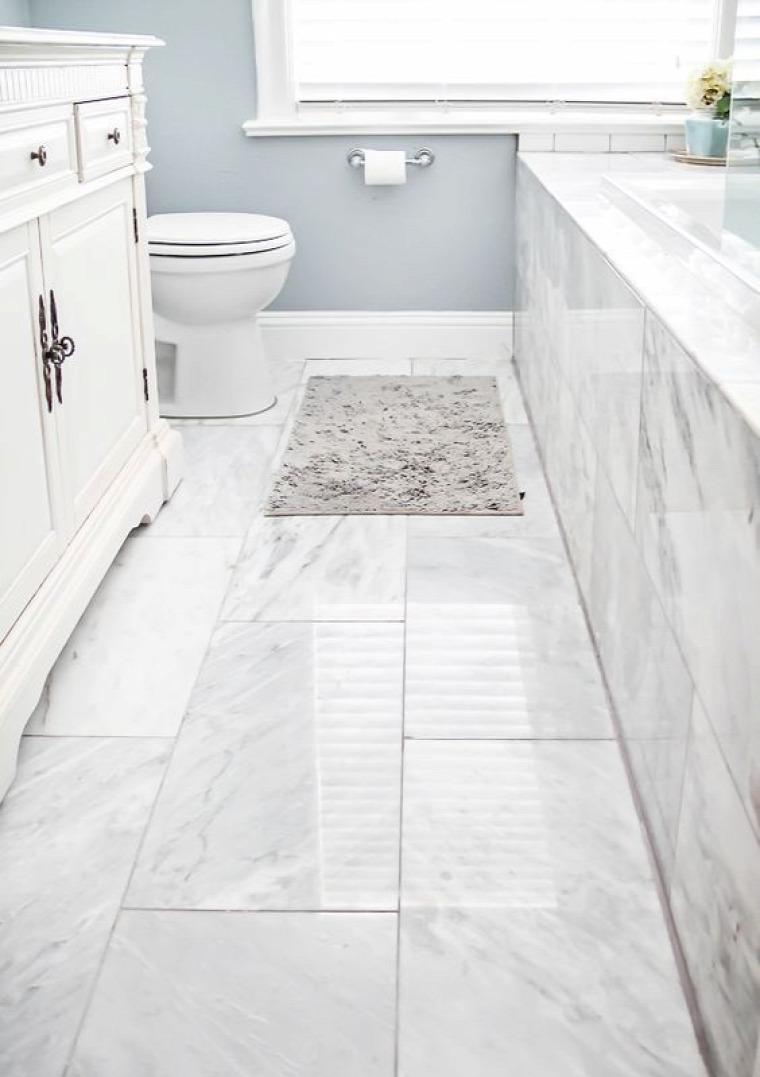 fürdőszoba világos csempe